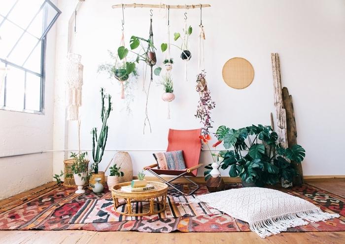 décoration bohème suspension plantes macramé cactus chaise tapis multicolore motifs ethniques table basse rotin
