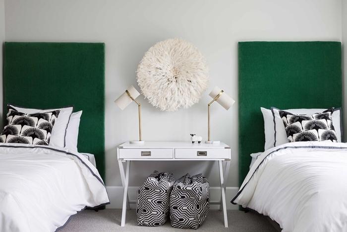 décoration chambre blanc et gris avec accents en vert foncé tete de lit a poser au sol tissu déco murale bohème meuble blanc