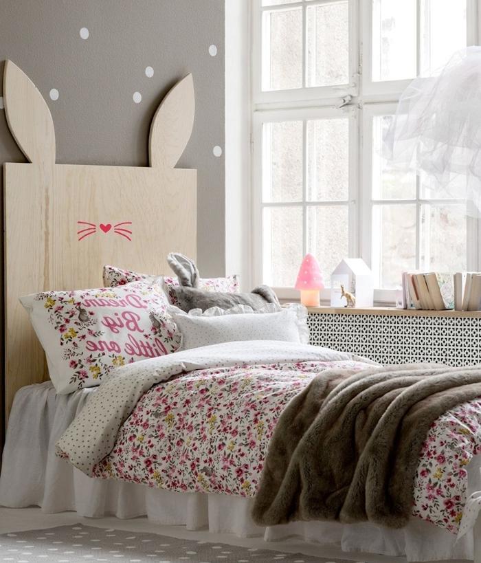 décoration chambre enfant avec tete de lit bois peintura murale nuance grise rangement sous fenêtre bois couverture de lit motifs floraux