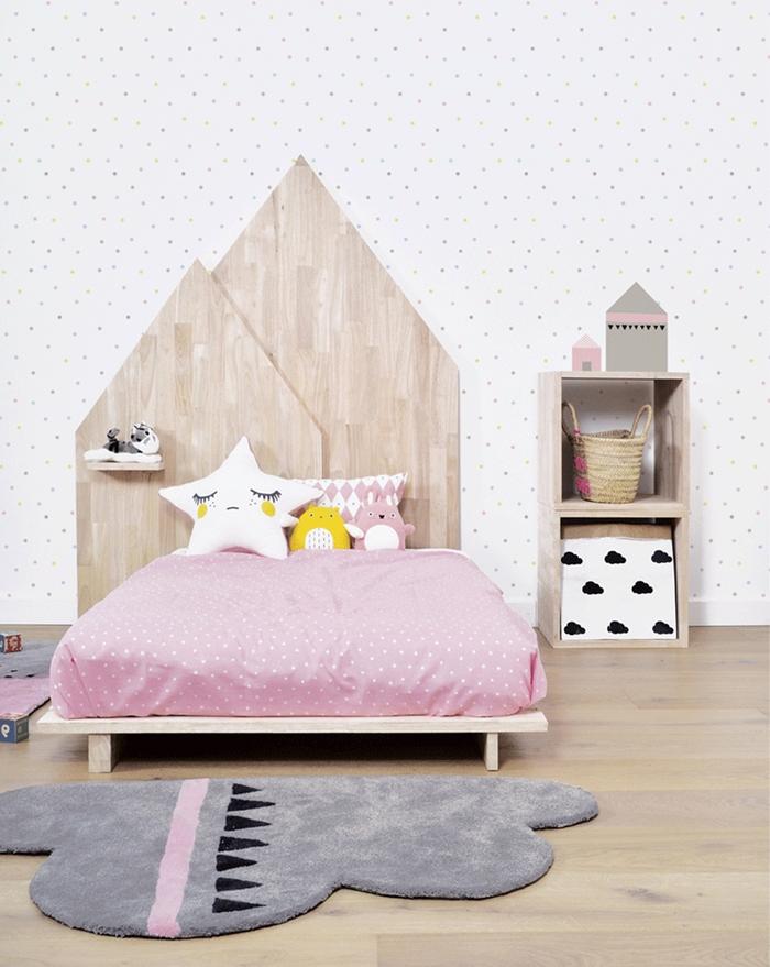 décoration chambre enfant en gris et rose avec accents blanc et bois tete de lit en bois meuble rangement jouets bois paniers