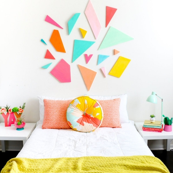 décoration chambre enfant tete de lit a faire soi meme avec morceaux géométriques en mousse ou carton meuble de chevet blanc