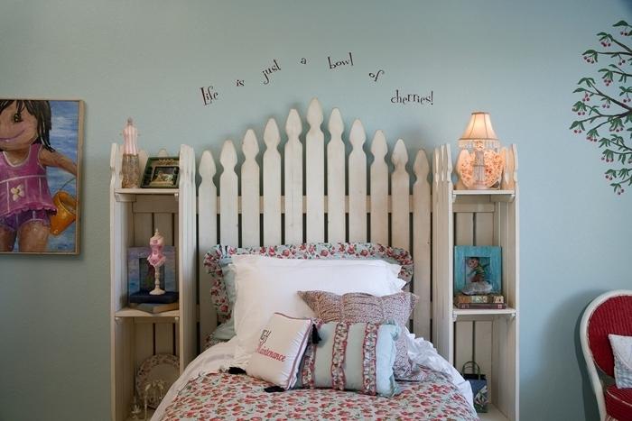 décoration chambre fille tete de lit avec chevet intégré en bois meuble de rangement coussin décoratif motifs floraux