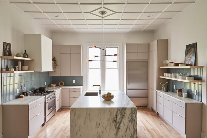 décoration cuisine crédence carrelage gris clair rangement étagère bois plan de travail effet marbre îlot central éclairage moderne