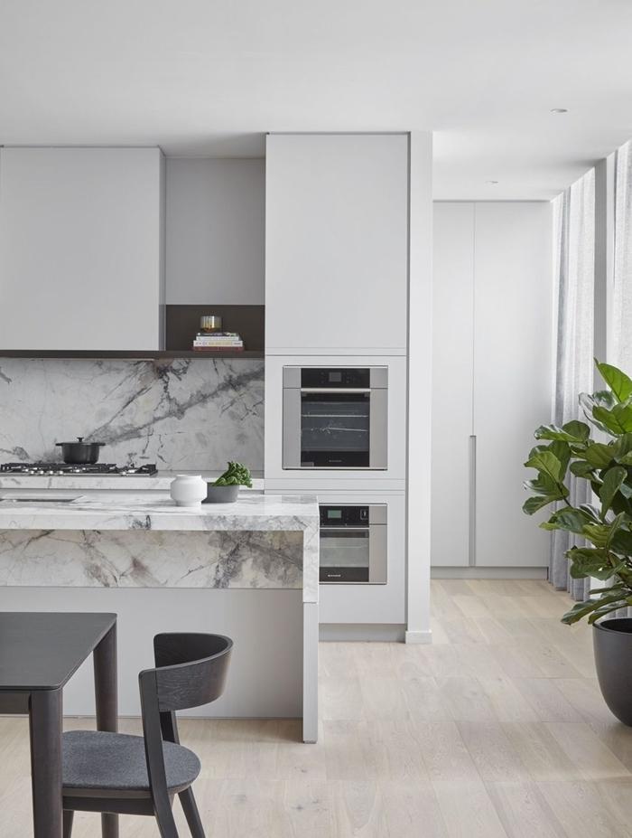 décoration cuisine ouverte avec crédence marbre blanc et gris table à manger gris anthracite chaise plan de travail marbre