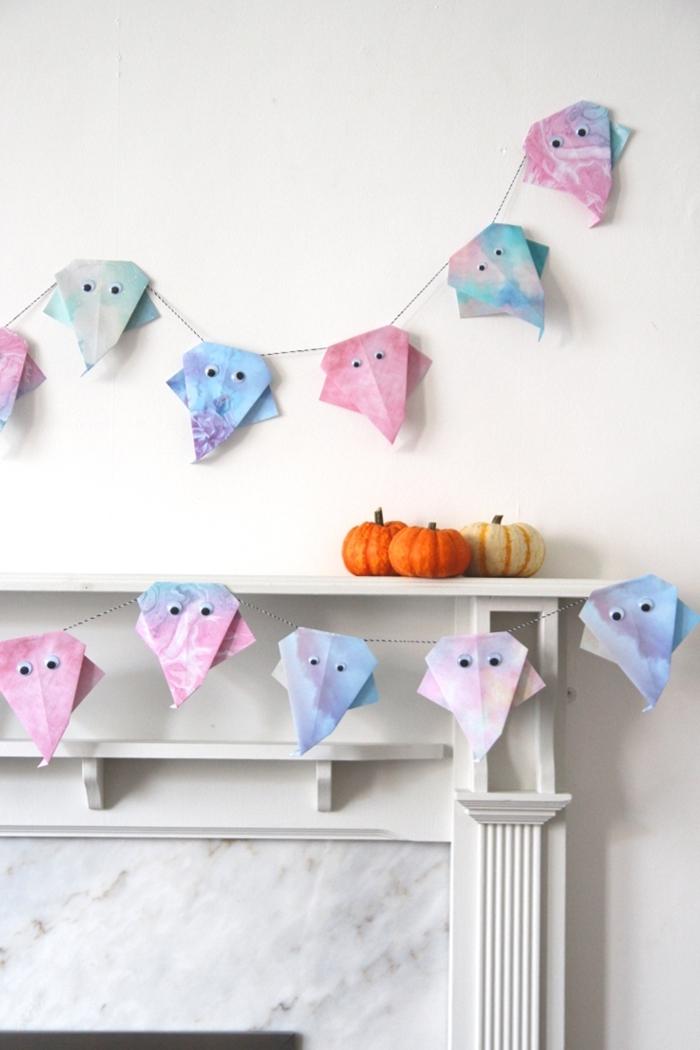 décoration halloween en papier cheminée décorative marbre petite citrouille orange guirlande fantôme en papier aquarelle