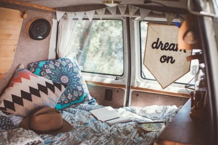 décoration hippie chic van véhicule voyage coussin mandala turquoise amenagement jumpy chapeau guirlande papier