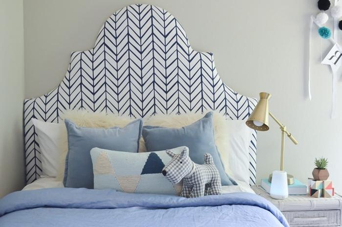 décoration lit cocooning dans chambre enfant peinture murale grise lampe de chevet or tete de lit diy en tissu blanc et bleu foncé