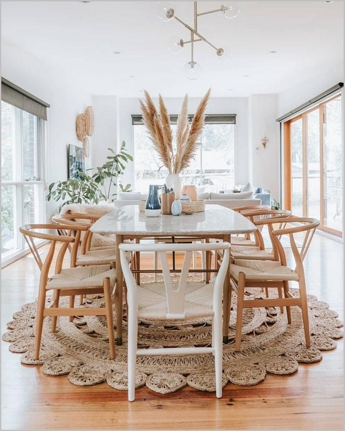 dame jeanne pampa aménagement salle à manger vase blanc tapis jute table blanche chaise bois plante verte parquet