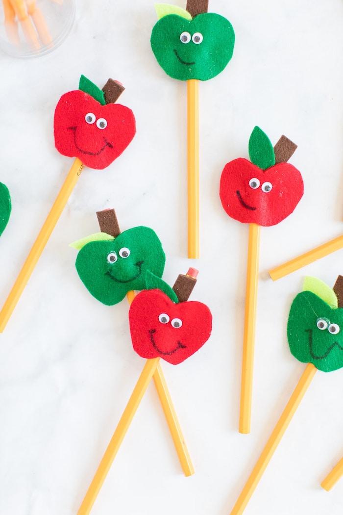 déco crayon pomme en feutrine avec des yeux mobiles exemple activité manuelle facile 3 5 ans pour enfant