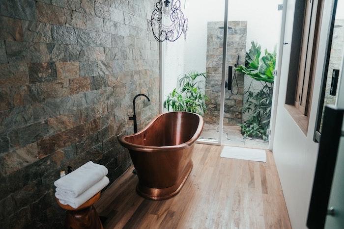 déco salle de bain lanc et bois avec mur d accent en pierre et douche extérieure comment aménager une salle de bain cocooning originale