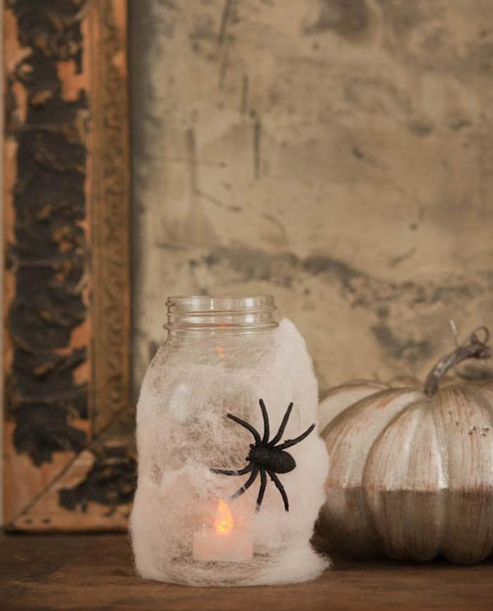 décoration halloween à fabriquer facilement mason jar bocal en verre décoré de fausse toile d araignée araignée plastique rt bougie lanterne diy