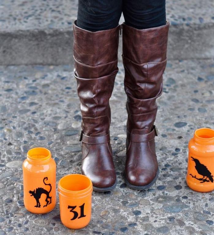 décoration halloween à faire soi même pots en verre peints de peinture orange avec des silhoeuttes noires en papier terrifiants deco halloween diy votive