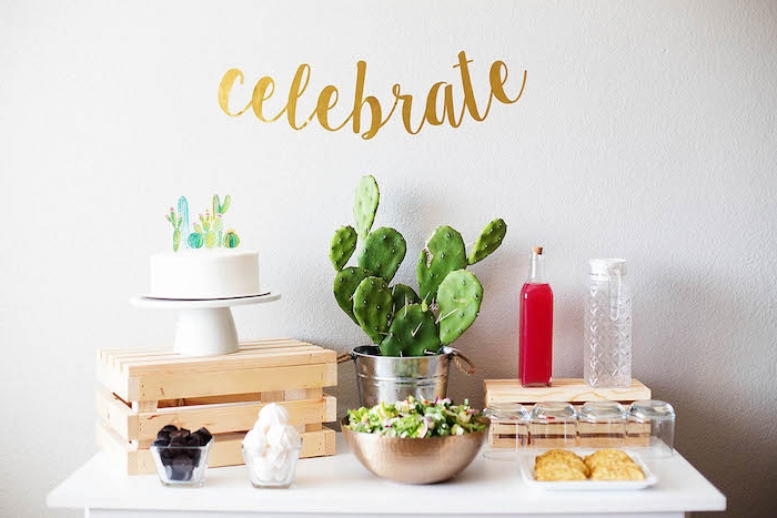 deco anniversaire avec cactus gateau anniversaire décoré de cactus de papier salade composée et autres friandises
