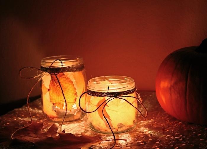 deco automne à faire soi meme decopatch avec des feuilles mortes collées sur verre et deco de ficelle chanvre autour du col