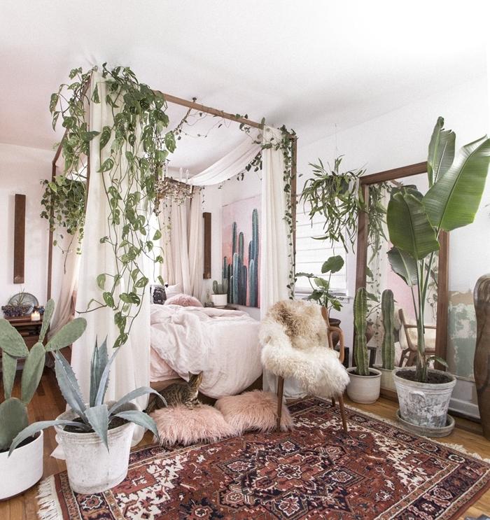 deco boheme chic lit cadre bois baldaquin coussin fausse fourrure chaise bois meubles tapis ethnique motif plantes grimpantes