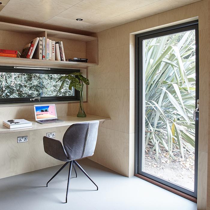 deco bureau moderne en bois aves une grande fenetre dans la cour style minimaliste