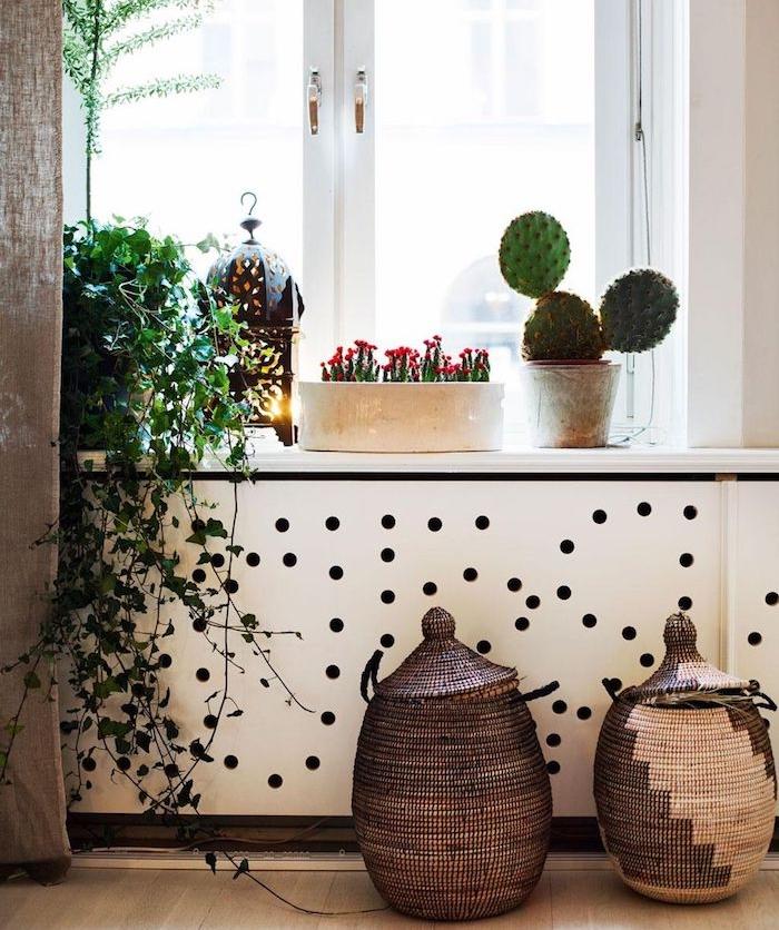 deco cactus sur le rebord de la fenetre cactus fleuri plante verte retombante panier oriental decoratif