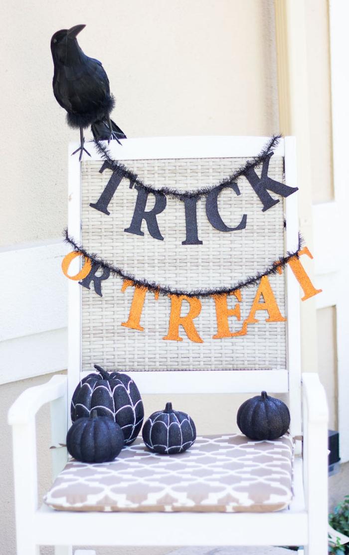 deco chaise exterieure blanche décorée de citrouilles noires et guirlande halloween a faire soi meme
