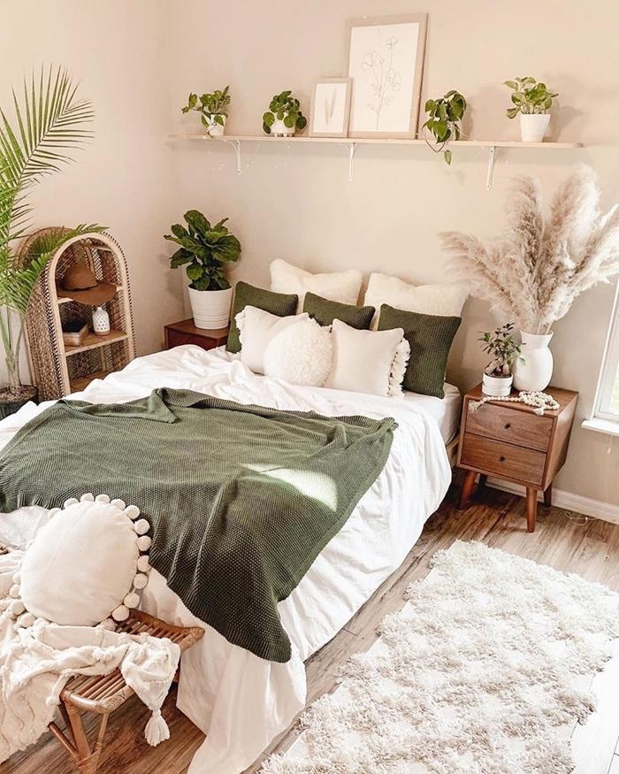 deco chambre boheme plantes vertes intérieur étagère murale jeté lit vert de gris coussins décoratifs étagère rotin