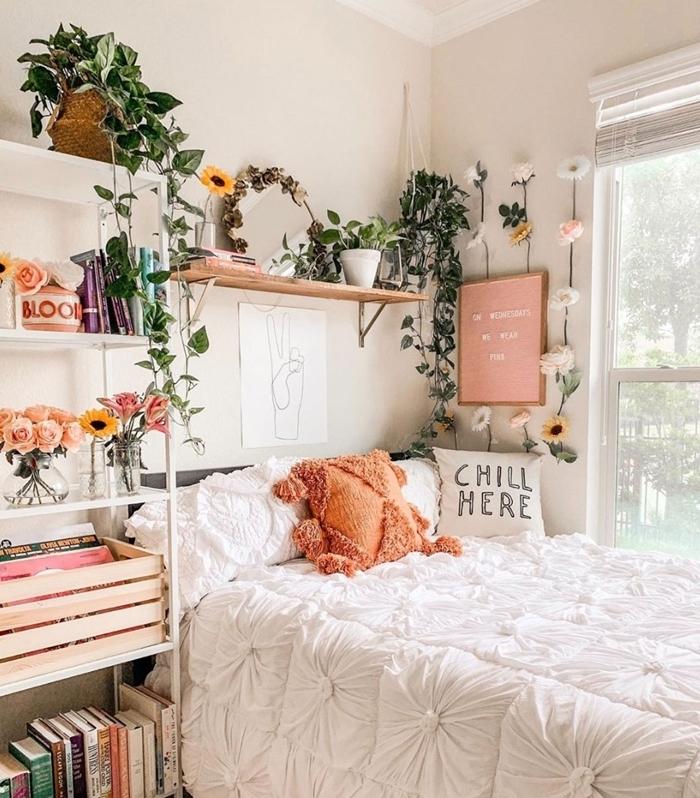 deco chambre boheme style éclectique coussin orange pompons guirlande fausse fleurs étagère bois suspendue panier paille