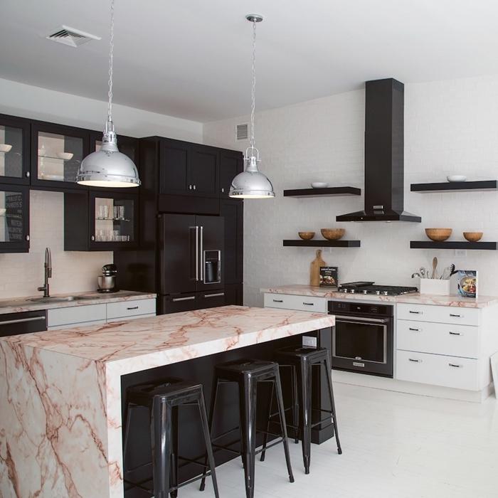 deco cuisine moderne en blanc et noir mat avec accens inox comptoir marbre blanc et rose gold meubles cuisine noirs