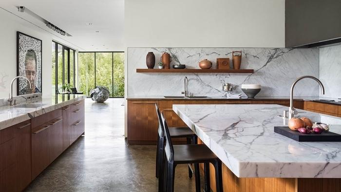 deco cuisine moderne meubles bois foncé crédence marbre blanc et gris rangement mural étagère bois foncé chaise noir mat