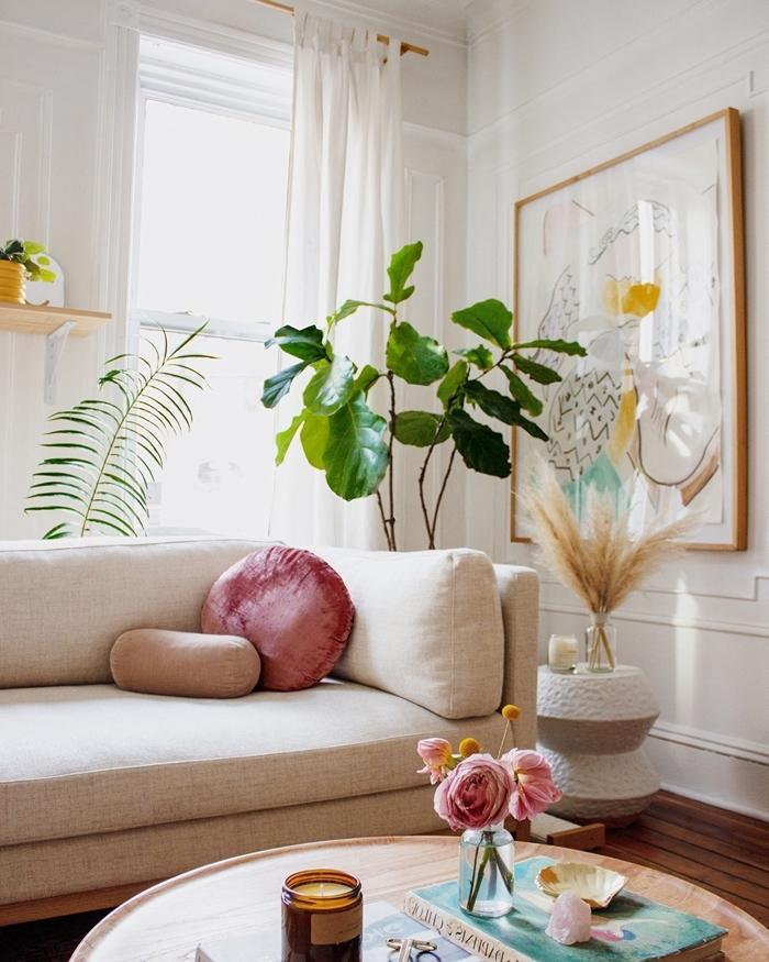 deco ethnique chic design salon blanc meubles bois canapé blanc coussin velours rose poudré plantes vertes d intérieur