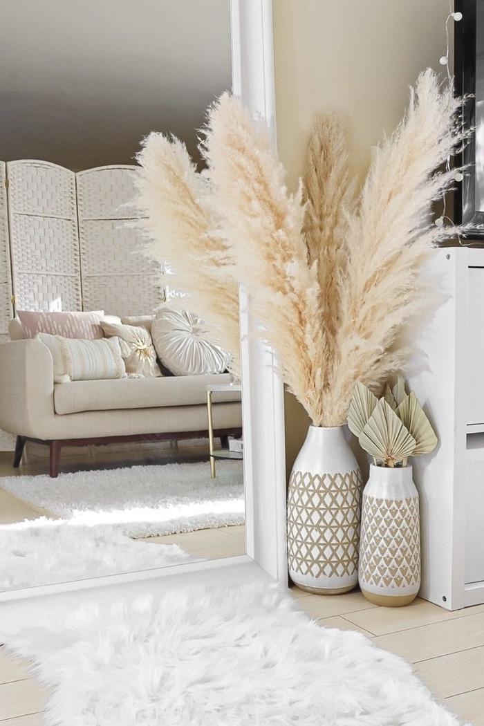 deco ethnique chic vase blanc motifs géométriques doré parquet bois blanc tapis fausse fourrure blanche canapé blanc