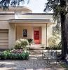deco exterieur maison des arbustes et deux chaises en metal devant une maison moderne