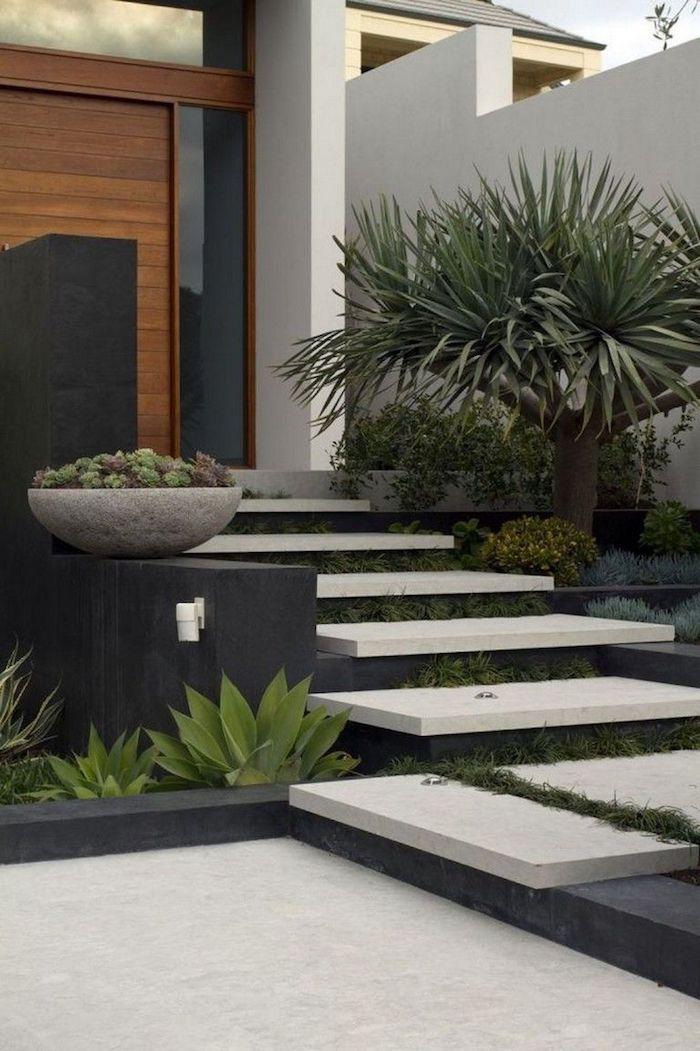 deco exterieur maison syle futuristique en noir et blanc des plantes tropiques rangees au long d un escalier