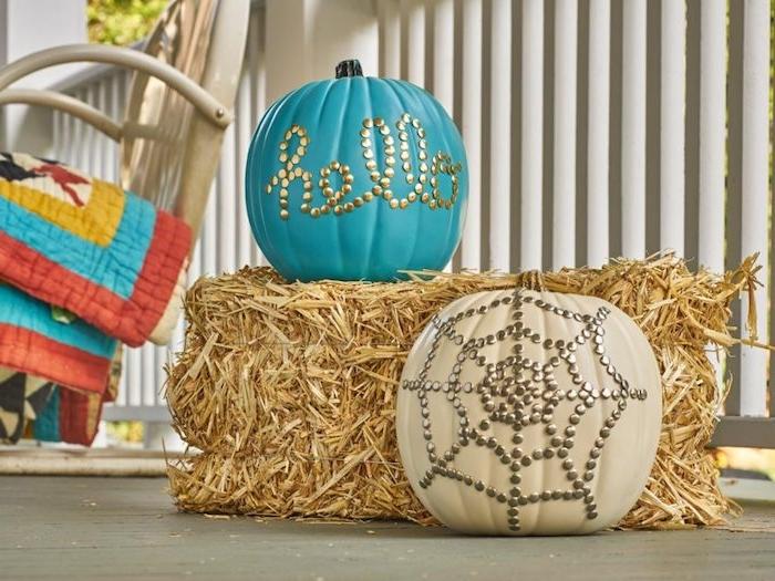 deco halloween a faire soi meme botte de foin citrouilles peintes et décorées de pinaises colorées