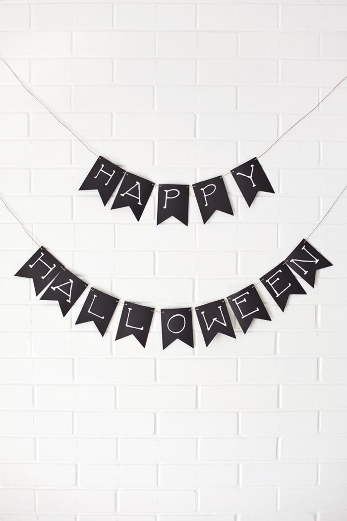 deco halloween diy bricolage facile guirlande en papier noir lettre joyeux halloween mur effet briques blanches