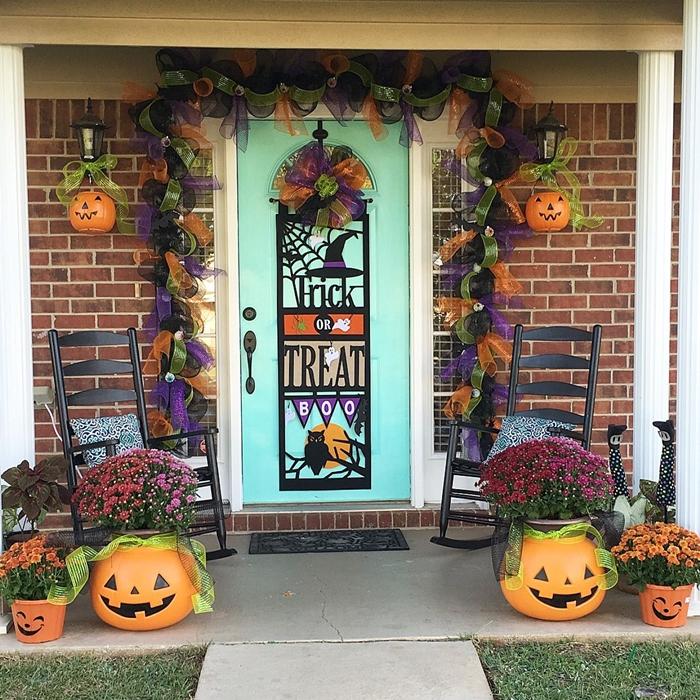 deco halloween exterieur a faire soi meme citrouille lanterne bouquet fleurs automne guirlande ruban chaise noire véranda