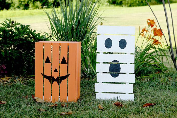 deco halloween exterieur a faire soi meme dans palette de bois cagette recyclées à motif jack o lantern sur un gazon