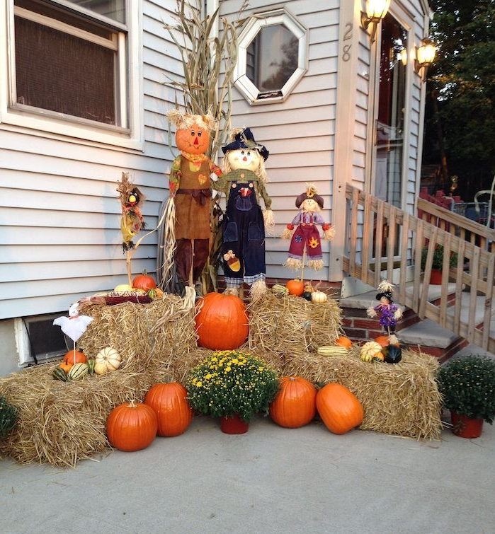 deco halloween exterieur meules de foin citrouilles et épouvantails diy devant une maison de bois