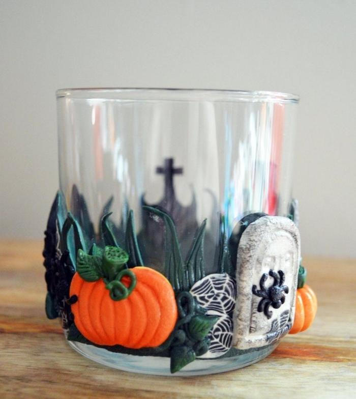 deco halloween facile a faire verre décoré de motifs halloween citrouille tombeau en pate fimo