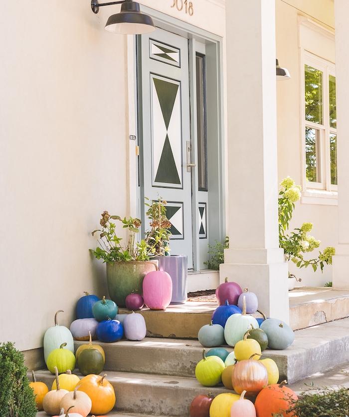 deco halloween fait main citrouille halloween repeinte plusieurs citrouilles colorées de peinture couleurs pastel