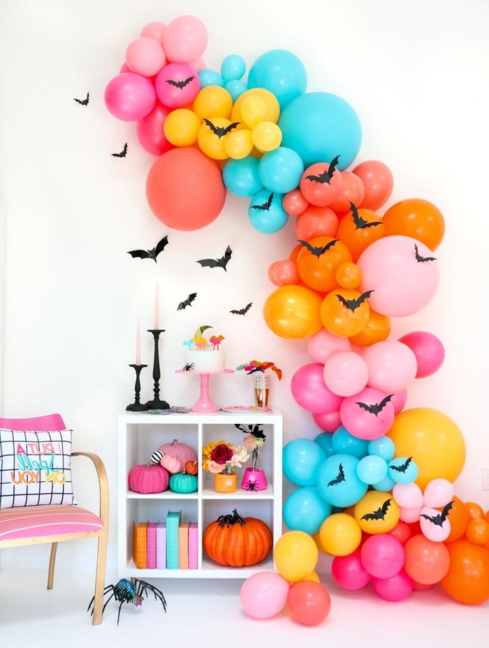 deco halloween fait maison ballons guirlande multicolore meuble blanc accessoires décoratifs citrouille orange chauve souris