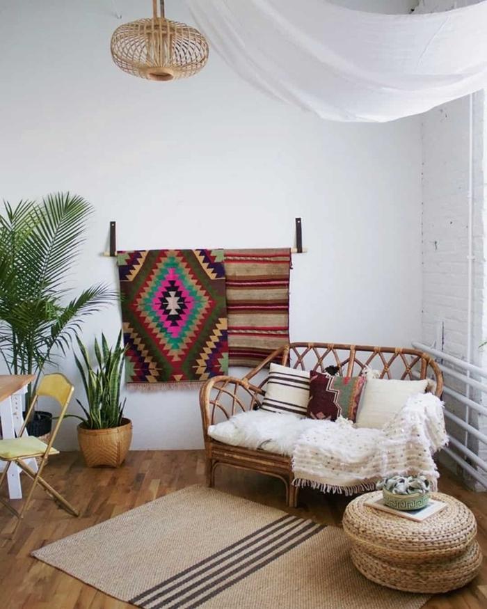 deco hippie chic salon canapé rotin pouf tressé paille tapis beige parquet bois lustre fibre naturelle palmier d intérieur
