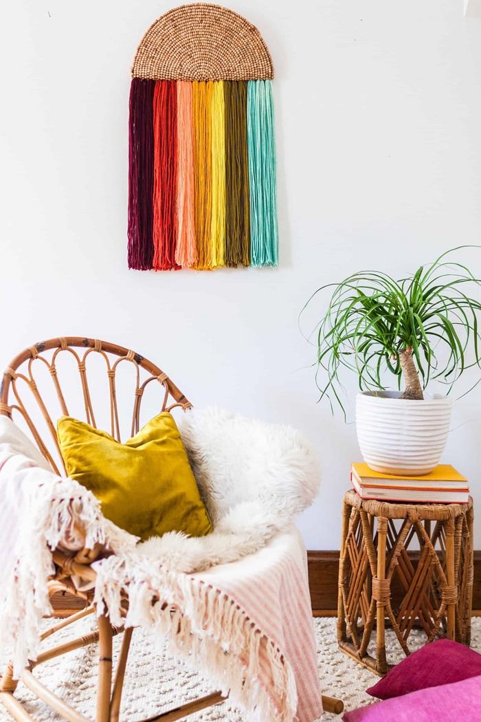 deco murale boho chic diy chaise rotin meuble salon boème plaid franges coussin jaune moutarde velours table café rotin