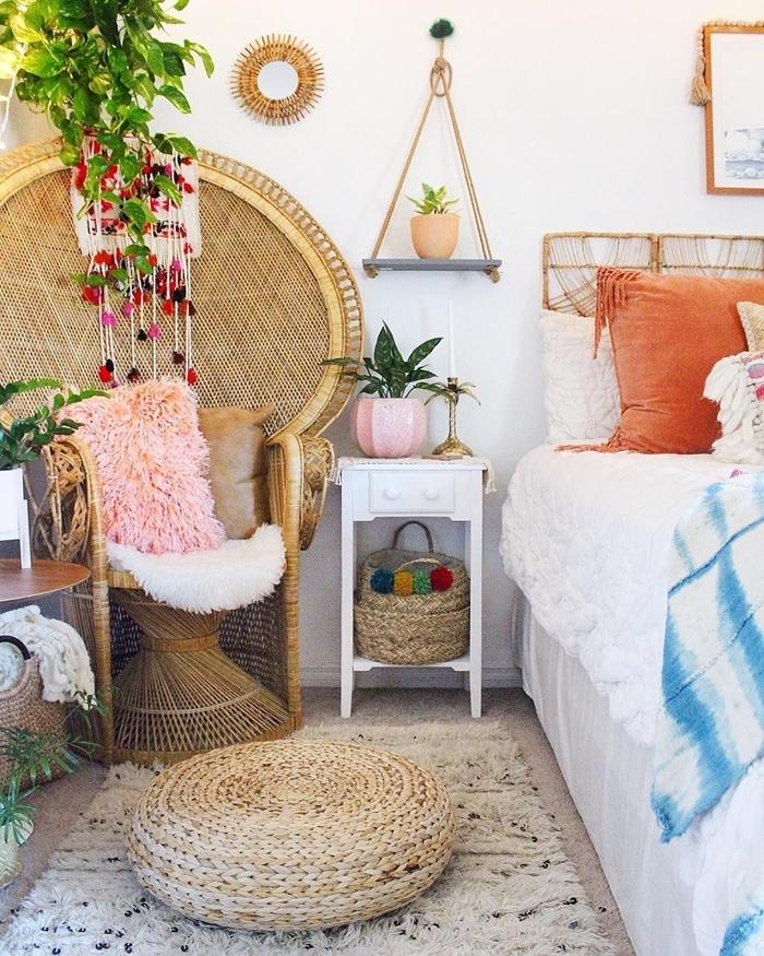 deco murale ethnique chaise paon rotin miroir soleil pouf tressé tapis moelleux beige meuble chevet bois blanc étagère triangulaire