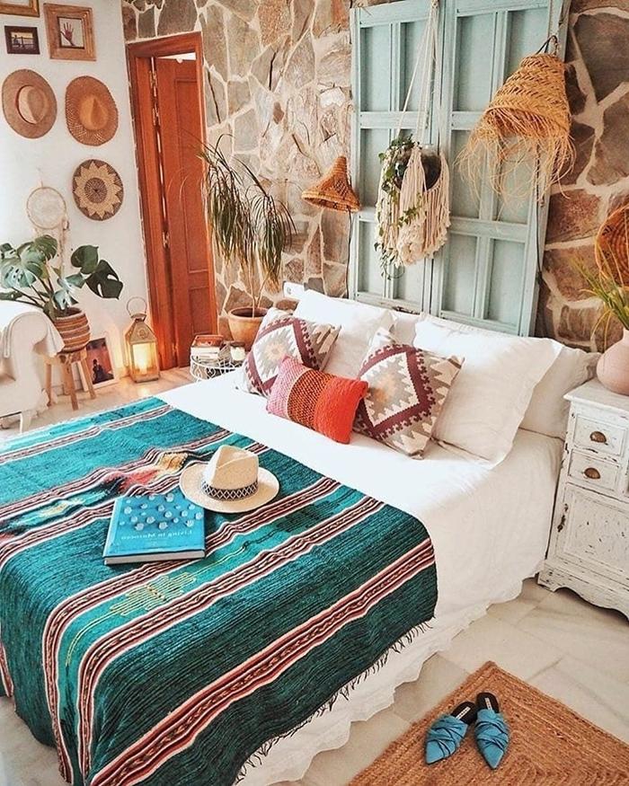 deco murale rotin revêtement mur pierre fenêtre volet recyclé mur chapeaux bohème paniers plantes vertes tapis jute