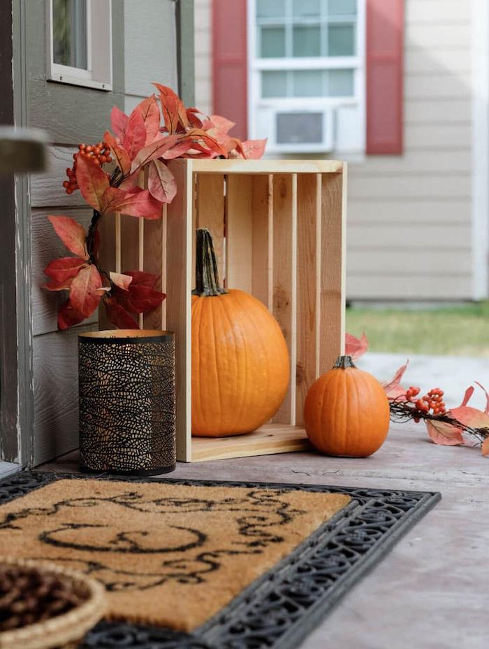 deco rustique exterieur deco halloween fait main citrouilles dans cagette decorative guirlande de feuilles mortes paillason original