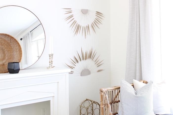 deco salon blanc accessoires fibre végétale miroir rond cheminée bougeoir meubles rotin coussin décoratif rideaux gris clair panier tressé