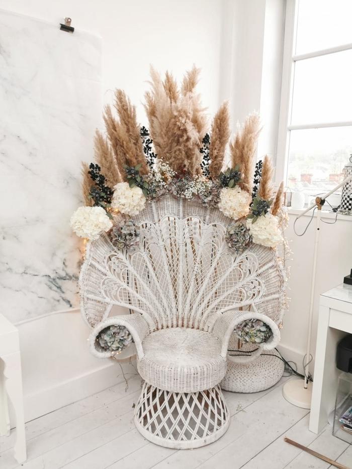 deco salon boheme chaise paon blanche tableau mural marbre parquet bois blanc pouf crochet blanc meuble bois blanc