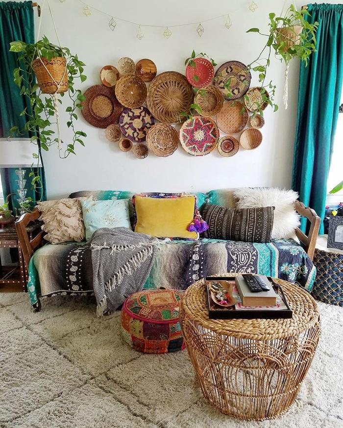 deco salon boheme table rotin tapis fausse fourrure blanche canapé coussins décoratifs plaid franges plante suspendue
