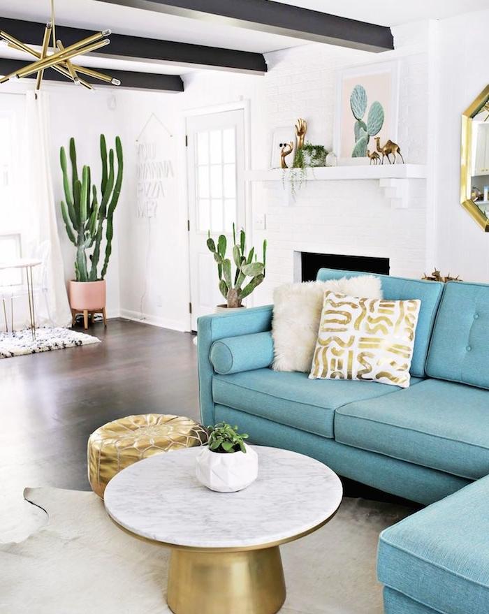 deco salon originale canapé bleu table basse laiton et marbre pots de cactus plante verte appartement spacieux