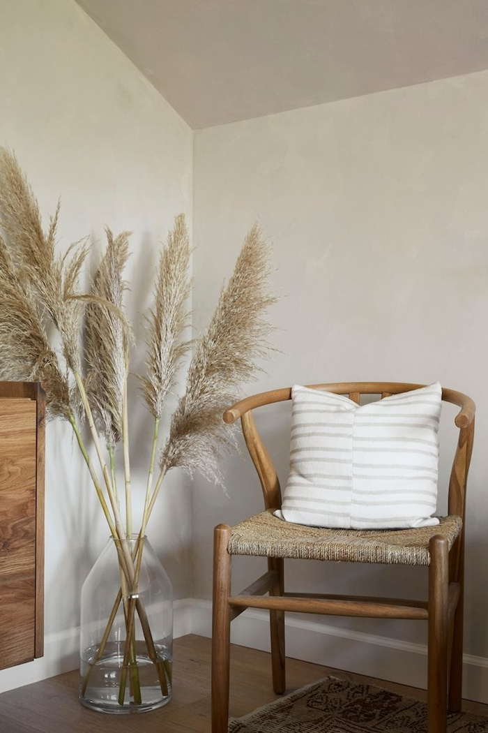 deco sous pente tendance objtes fibre naturelle dame jeanne pampa commode bois parquet bois clair chaise coussin blanc