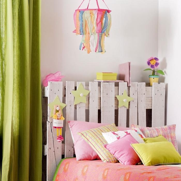 deco tete de lit dans chambre fille diy tête de lit en palette bois recyclé rideaux longs verts coussins décoratifs en rose et vert