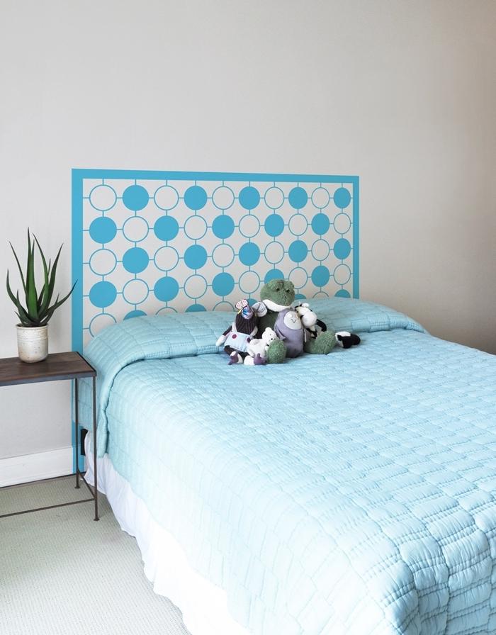 deco tete de lit originale idée comment faire une tête de lit avec stickers muraux vynile meuble de chevet bois foncé et métal